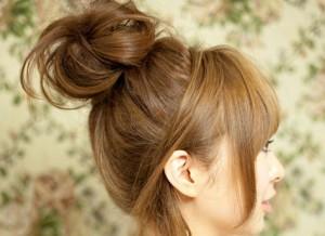 Небрежный пучок на средние волосы